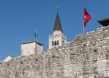 Деталь средневековых стен и колокольня Venzone, Удине, Friuli, Италии стоковая фотография