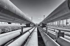 Деталь стального светлого трубопровода в нефтеперерабатывающем предприятии Стоковое фото RF