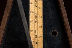 Деталь старого метронома мюзикл механика стоковая фотография rf