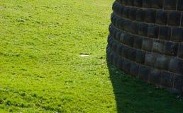 Деталь стены ashlar с зеленым садом в милане стоковое фото rf