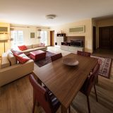 Деталь стульев и таблица в живущей комнате Стоковые Изображения