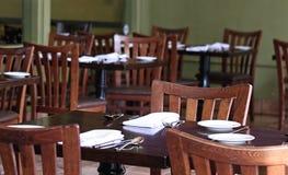 Деталь стульев и таблиц в патио ` s ресторана внешнем Стоковые Фотографии RF