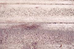 Деталь теплого песка на деревянных планках от прибрежного патио пляжа курорта лета - концепция предпосылки крупного плана тропиче стоковое изображение