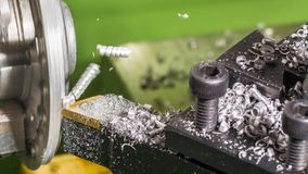 Деталь токарного станка, бита инструмента и shavings металла подвергая механической обработке Стоковая Фотография RF