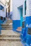 Деталь узкой улицы в городке горы Chefchaouen с голубыми зданиями, в Марокко Стоковое фото RF