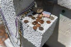 Деталь усыпальницы на кладбище Лафайета никаком 1 в городе Нового Орлеана, Луизиана Стоковое Фото