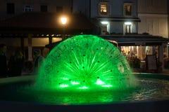 Деталь фонтана с покрашенными светами стоковая фотография rf