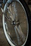 Деталь черного колеса изготовленного на заказ велосипеда хрома стоковые изображения rf