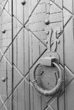 Деталь knocker ручки смертной казни через повешение старой двери круглая Стоковая Фотография RF
