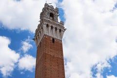 Деталь Torre del Mangia 87 m Башня Mangia на голубом небе с облаками Италия siena стоковые фотографии rf