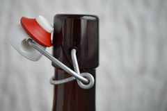 Детализируйте взгляд крышки пивной бутылки в ретро дизайне сделанном металла, керамической крышки и запечатывания пластмассы Стоковые Изображения RF
