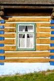 Детализируйте взгляд старых традиционных красочных деревянных дома и окна, Стоковое Изображение RF