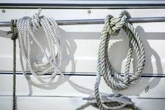 Детализируйте изображение веревочек и зажимов на паруснике яхты стоковое изображение rf