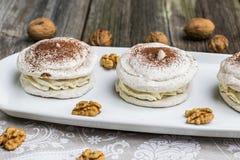 Детализируйте на меренге грецких орехов с какао с треская грецкими орехами Стоковые Фото