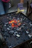 Детализируйте работаться металла работая на кузнице кузнеца Стоковая Фотография