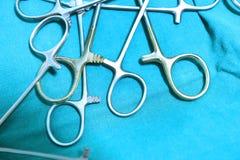 Детализируйте съемку steralized аппаратур хирургии при рука хватая инструмент Стоковые Изображения
