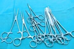 Детализируйте съемку steralized аппаратур хирургии при рука хватая инструмент Стоковое Изображение