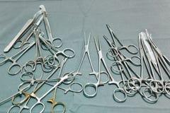 Детализируйте съемку steralized аппаратур хирургии при рука хватая инструмент Стоковое Фото