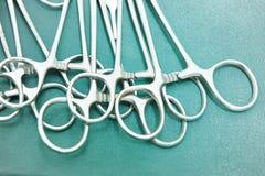 Детализируйте съемку steralized аппаратур хирургии при рука хватая инструмент Стоковые Фото