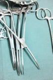 Детализируйте съемку steralized аппаратур хирургии при рука хватая инструмент Стоковые Фотографии RF