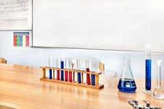 Детали лаборатории на деревянном столе Стоковая Фотография