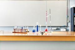 Детали лаборатории на таблице с белой доской Стоковое фото RF