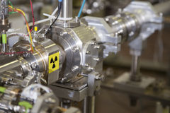 Детали акселератора ИОНА с предупредительным знаком радиации Стоковое Фото