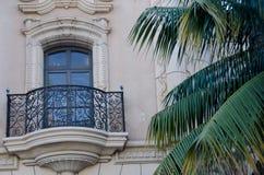 Детали балкона рядом с пальмой на El Prado Стоковое фото RF