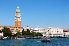 Детали Венеции от воды: доки, башня, дворец, шлюпки Стоковое Изображение RF