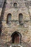 Детали здания с дверью и зажаренными окнами Стоковые Изображения