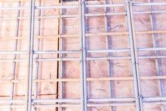 Детали конструкции: бар подкрепления на форма-опалубках пола перед лить бетон Стоковые Фото