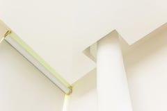 Детали конструкции - круглые шторки штендера и осложненный заштукатуренный потолок доски Стоковые Изображения