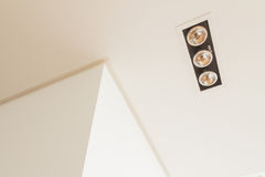 Детали конструкции: приспособления освещения, паз потолка и грили воздуха стены угловые на ложном потолке Стоковая Фотография