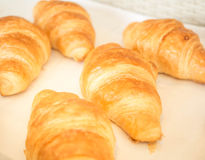 Детали крупного плана свежих испеченных круассанов в корзине хлебопекарни стоковые фотографии rf