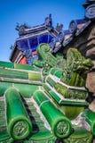 Детали крыши зеленого и голубого дракона старые китайские Стоковое фото RF
