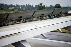 Детали крыла самолета во время посадки Стоковое Изображение RF