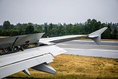 Детали крыла самолета во время посадки Стоковые Фотографии RF