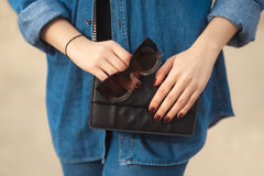 Детали моды обмундирования джинсовой ткани Стильная женщина с красным маникюром яркого блеска в джинсах военно-морского флота дер Стоковые Фотографии RF