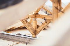 Детали на строительной площадке, конец вверх структуры тимберса и система крыши стоковая фотография