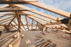 Детали нового строительства - обрамляющ устанавливающ крышу свяжите систему стоковая фотография rf