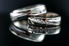 Детали дня свадьбы - 2 симпатичных золотых обручального кольца Стоковые Фото