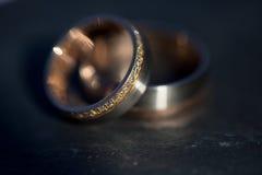 Детали дня свадьбы - 2 симпатичных золотых обручального кольца Стоковые Изображения