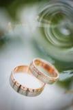 Детали дня свадьбы - 2 симпатичных золотых обручального кольца Стоковое фото RF