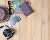 Детали пасспорта дневника памятки путешественника битника на деревянной предпосылке Стоковые Фото