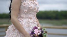 Детали платья свадьбы - замедленное движение видеоматериал