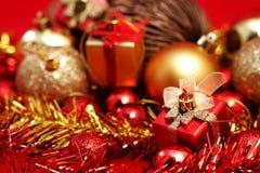 Детали рождества в красном цвете и предпосылке темы золота Стоковое фото RF