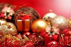 Детали рождества в красном цвете и предпосылке темы золота Стоковые Фото
