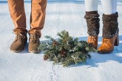 Детали свадьбы, ботинки стильной свадьбы, букет свадьбы букет сосны коричневые ботинки конец вверх снежная дорога на предпосылке Стоковое Изображение