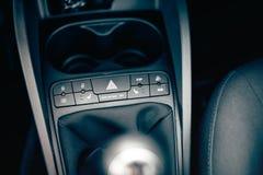 Детали современного автомобиля внутренние, современная приборная панель кнопок и панель Топление стула, варианты воздушных подуше Стоковое фото RF