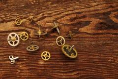 Детали старых часов на сделали старую коричневую деревянную предпосылку Стоковые Изображения RF